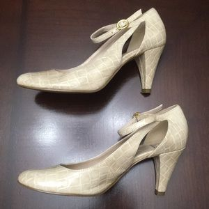 New Directions Tan/cream colored heels